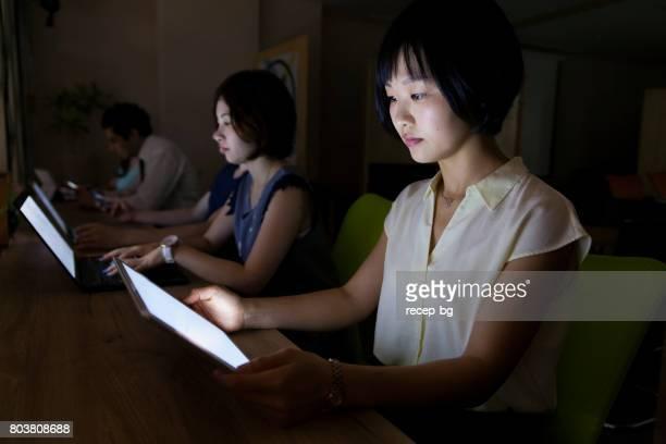 深夜のオフィス ワーカー - 働き過ぎ ストックフォトと画像