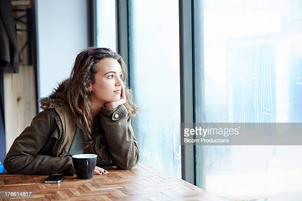late teens girl looking out of window - 16 17 anos imagens e fotografias de stock