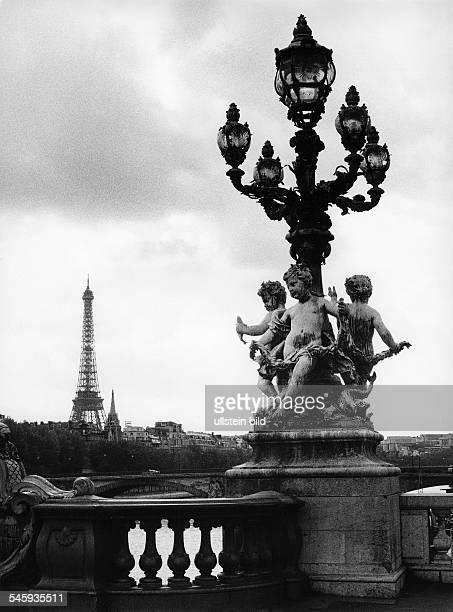 Laterne auf der Pont Alexandre III im Hintergrund der Eiffelturm 1988