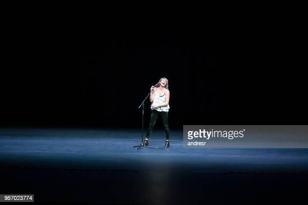 ステージ上のラテン アメリカ美しい歌の実行者 - リハーサル ストックフォトと画像