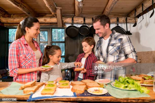 América Latina familia cocinar en su casa y mirando feliz