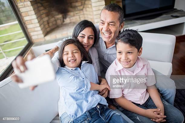 Latino-americano família a tirar uma selfie