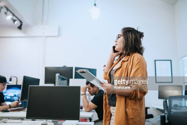 donna di piccole imprese millenaria latinoamericana - cambiamento foto e immagini stock