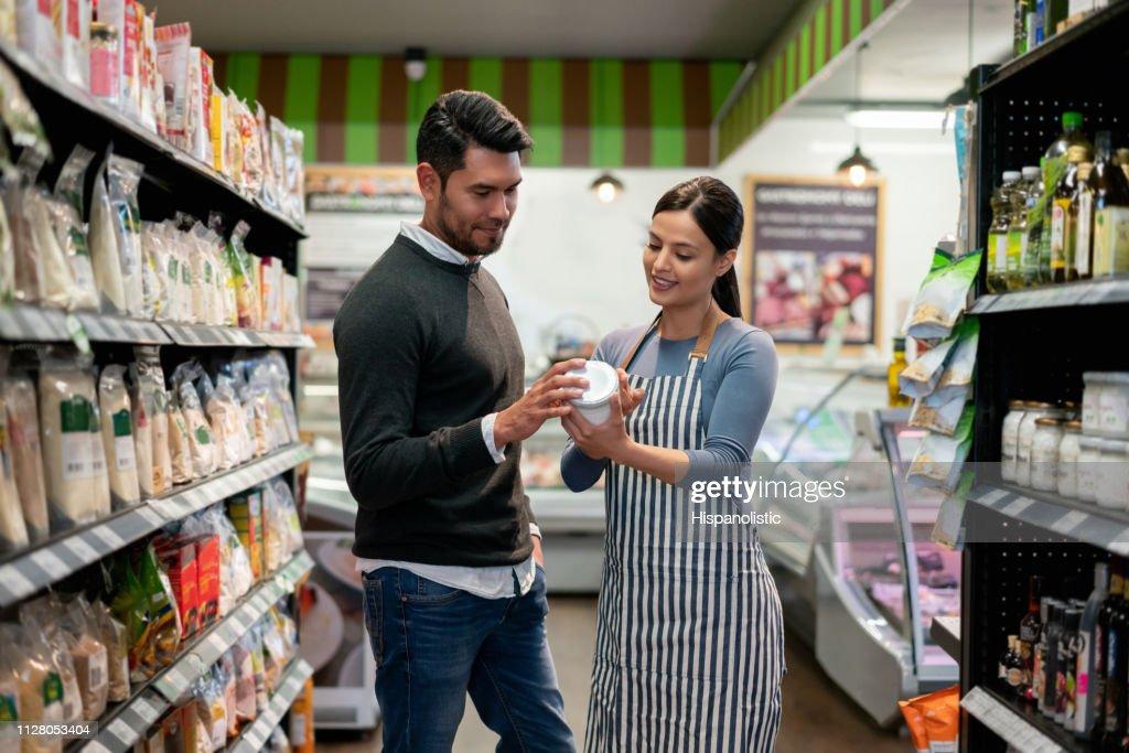Sales Clerk Assisting Shopper Foto de stock - Getty Images