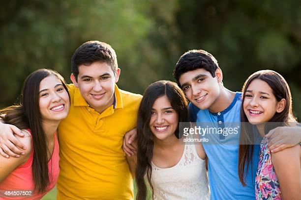 Jovens amigos latino-americana no parque