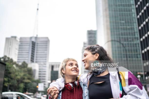 拉丁夫婦擁抱戶外 - 跟拍鏡頭 個照片及圖片檔
