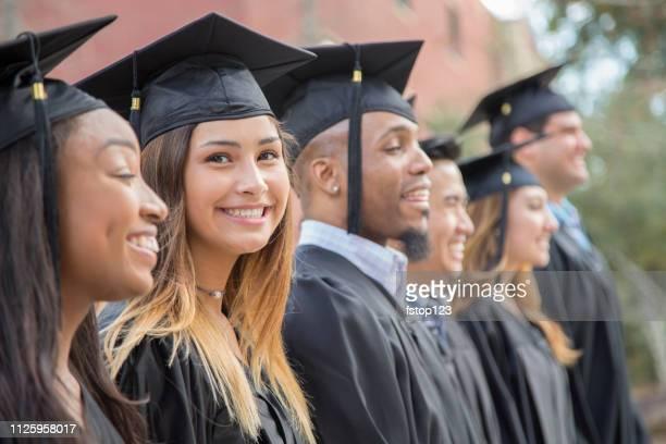 Latijnse afdaling vrouwelijke college studenten afstuderen op de campus.