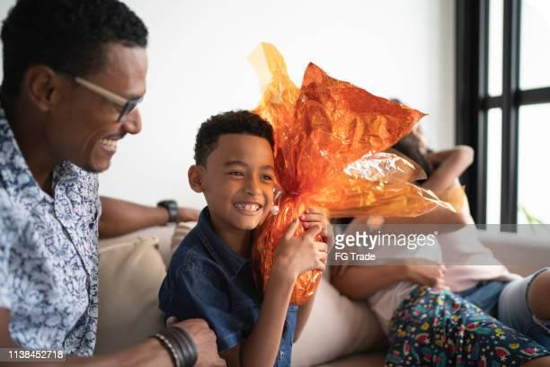 família latin que comemora easter em casa - easter family - fotografias e filmes do acervo
