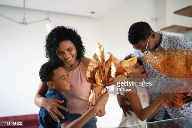 família latin que comemora easter em casa - easter - fotografias e filmes do acervo