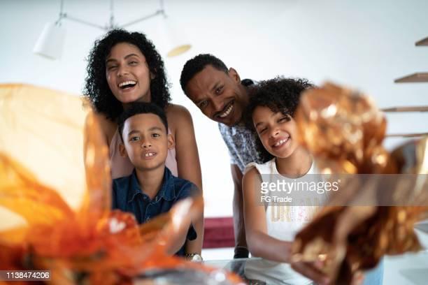 família latin que comemora easter no retrato home - easter family - fotografias e filmes do acervo