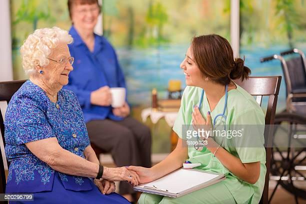 Letra, médica visitas idosos mulher doente no lar.