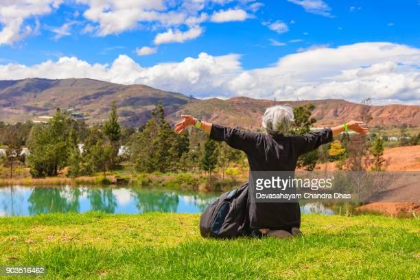 latina señora con plata pelo celebra la belleza de naturaleza en el tranquilo entorno de la pozos azules cerca de la ciudad de villa de leyva en las montañas de los andes en el departamento de boyacá de colombia - villa de leyva fotografías e imágenes de stock