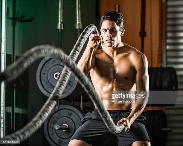 Latin Man Excerising con cuerdas