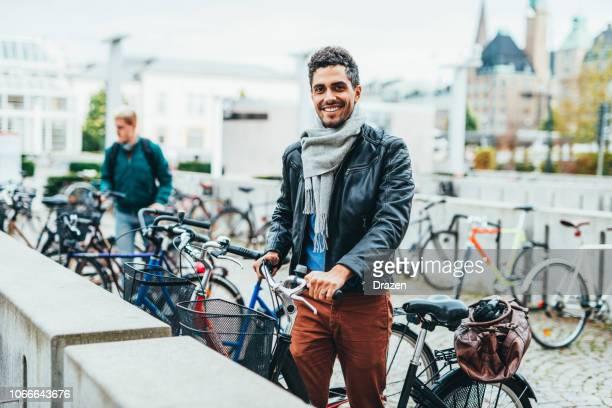 latijnse man en leef in scandinavië - rijwiel stockfoto's en -beelden