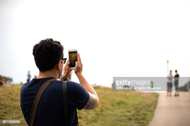 latin man taking a picture - jcbonassin imagens e fotografias de stock