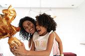 家庭でイースターを祝うラテンの母と娘