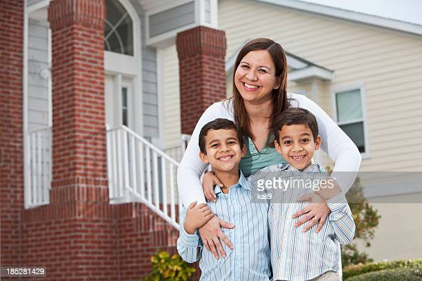Latin Mutter mit Zwei Jungen vor townhouse