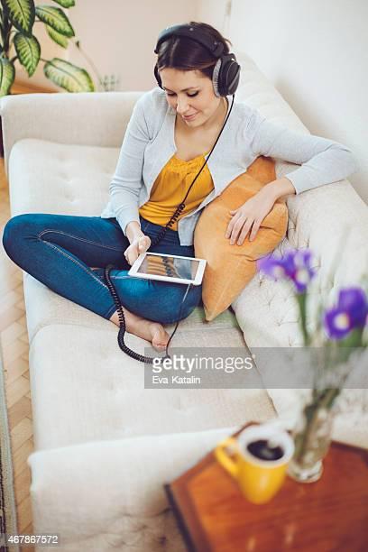 Latin Frau hören Musik wie zu Hause fühlen.
