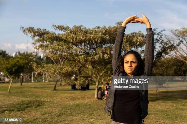 latinerin über 30 jahre alt bei körperlichen aktivitäten in einem park - 30 34 years stock-fotos und bilder