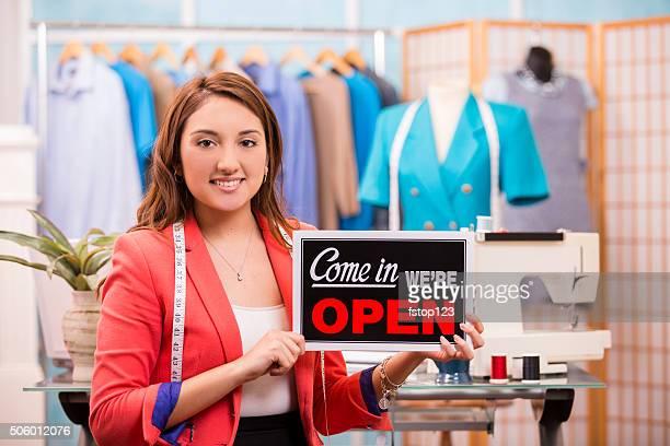 mulher latina pequena empresa. designer de moda, boutique. sinal de aberto. - cerimônia de boas vindas - fotografias e filmes do acervo