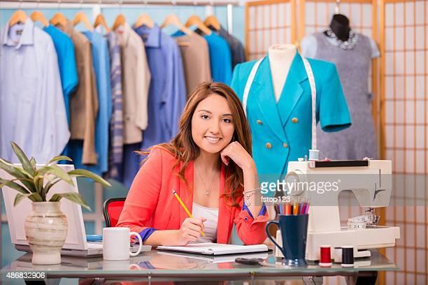 mulher latina, pequena empresa. alfaiate, estilista, boutique. - conta artigo de armarinho - fotografias e filmes do acervo