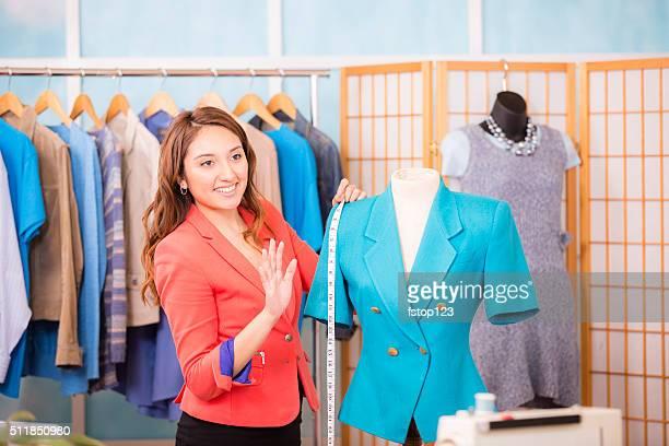 Femme latine, petite entreprise propriétaire. Tailleur, créateur de mode, boutique.
