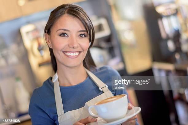 Latin Mujer trabajando en un café