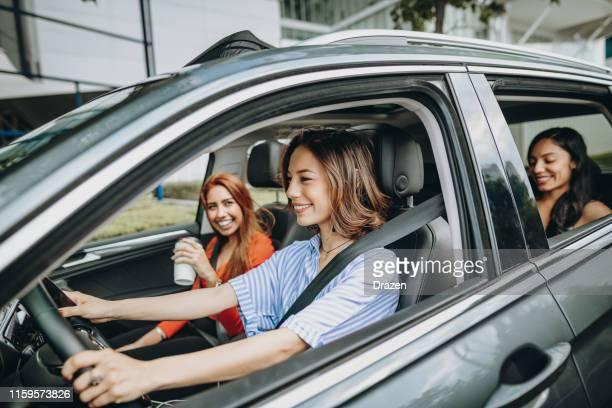 mujeres latinas que comparten paseo en coche en la ciudad de méxico - compartir fotografías e imágenes de stock