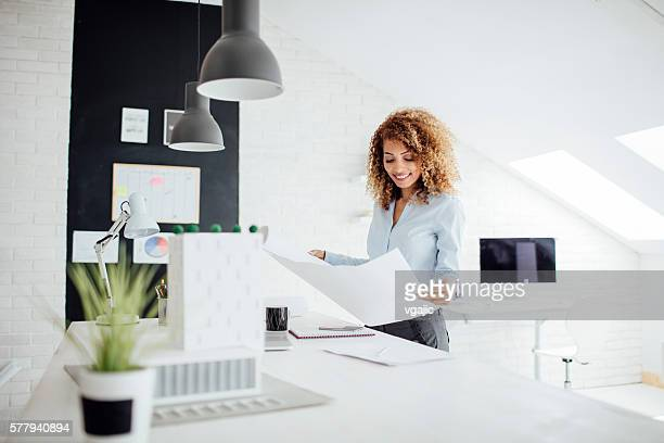 音楽の建築家で働くことが自分のオフィスにお問い合わせください。 - ペンダント ストックフォトと画像