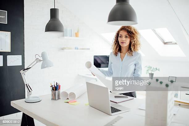Latina architecte travaillant dans son bureau.