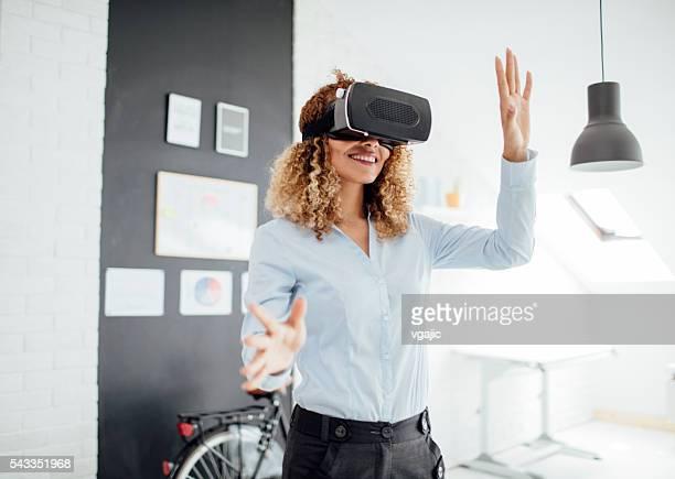 Latina Geschäftsfrau mit ihrer virtuellen Realität Brille.