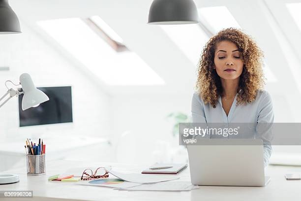 latina femme d'affaires travaillant dans son bureau. - directrice photos et images de collection