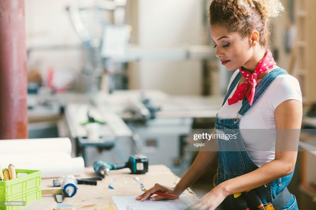 Latina Carpenter In haar atelier : Stockfoto