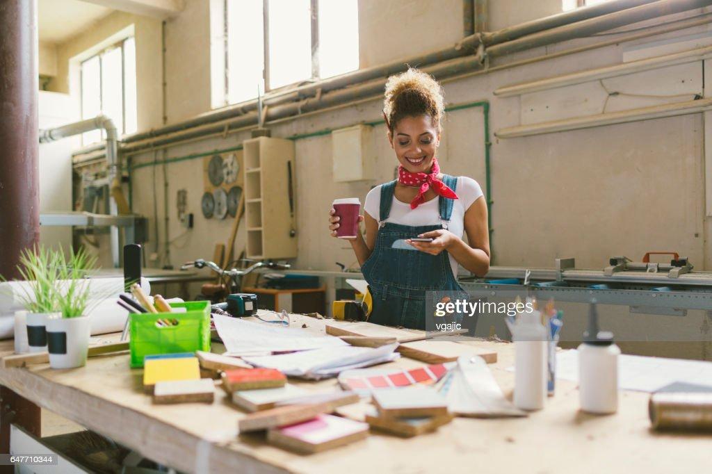 Latina Carpenter In Ihren Werkstatt : Stock-Foto