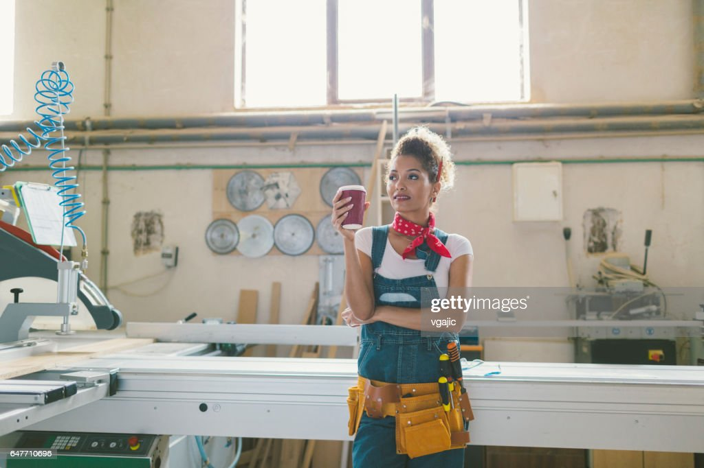 Latina Carpenter In Ihren Werkstatt : Stock-Foto
