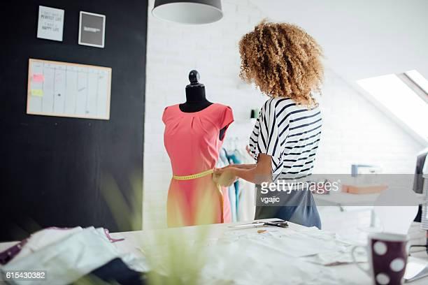 Latina sur mesure dans son atelier