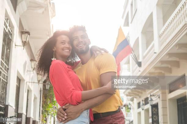 pareja latina abrazando en el centro de cartagena - colombia fotografías e imágenes de stock
