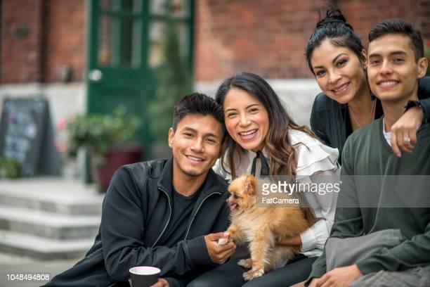 latino/hispanic familiefoto van vier mooie mensen - nosotroscollection stockfoto's en -beelden