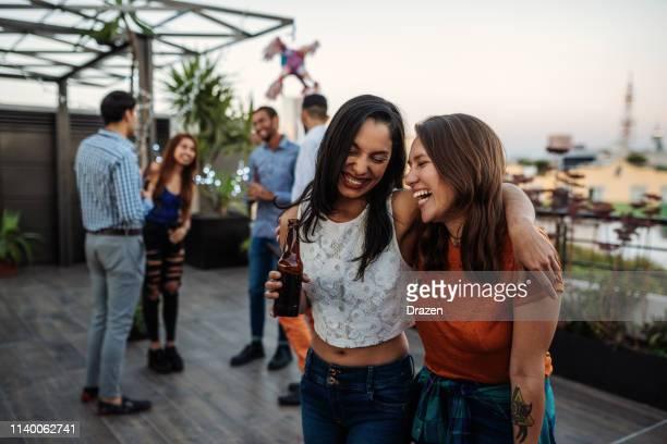 latinx/hispanische freunde bei party am abend im sommer auf dem dach - mexico city stock-fotos und bilder