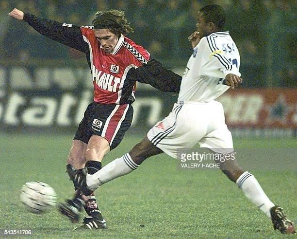 l'attaquant auxerrois Joseph Assati tente de tacler le défenseur rennais Anthony Reveillère le 12 février à Rennes lors du match RennesAuxerre...
