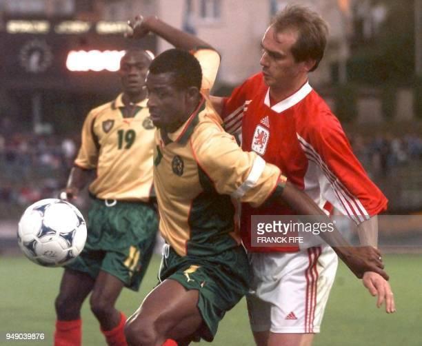 l'attaquant camerounais François OmanBiyik tente de contrôler le ballon devant le défenseur luxembourgeois Laurent Deville le 31 mai au Stade Josy...