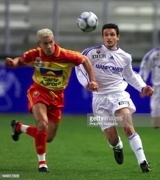 l'attaquant d'Amiens Emmrique Darbelet est à la lutte avec le défenseur du Mans Damien Bridonneau le 10 mars 2001 au stade de la Licorne d'Amiens...