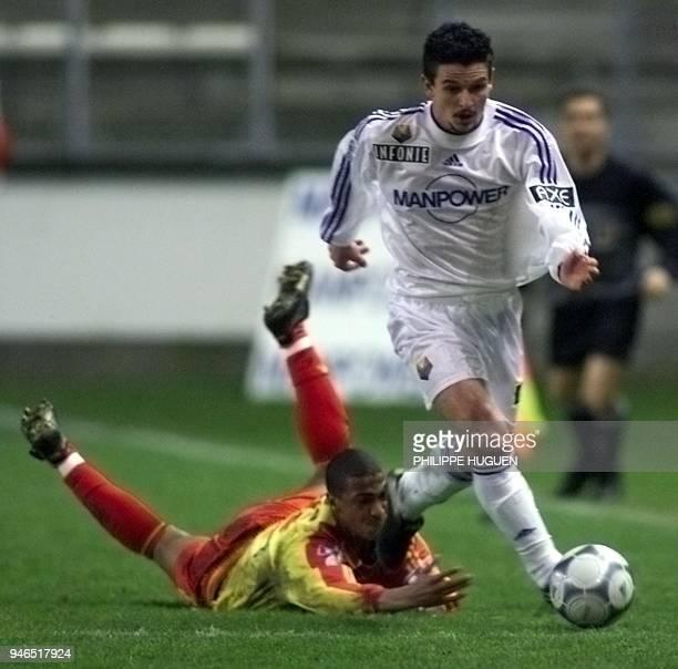 l'attaquant d'Amiens Emmrique Darbelet prend le ballon au meilleur défenseur du Mans Frédéric Thomas le 10 mars 2001 au stade de la Licorne d'Amiens...
