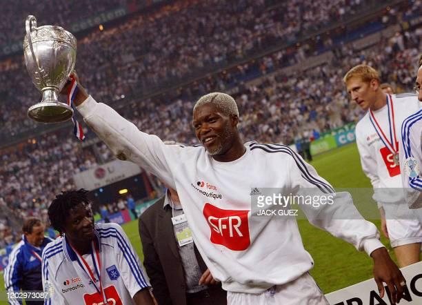 l'attaquant d'Auxerre Djibril Cissé présente le trophée au public le 31 mai 2003 au Stade de France à SaintDenis après avoir remporté 2 à 1 la finale...