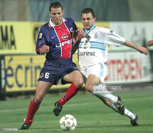 l'attaquant de l'OM Xavier Gravelaine est aux prises avec le défenseur du PSG Paul le Guen le 17 mai au stade Vélodrome de Marseille lors de la...