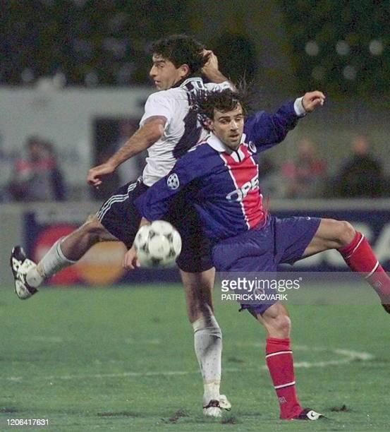L'attaquant du PSG Marco Simone est à la lutte avec le défenseur turque Alpay Osalan, le 01 octobre à Istanbul, lors du match opposant le Paris...