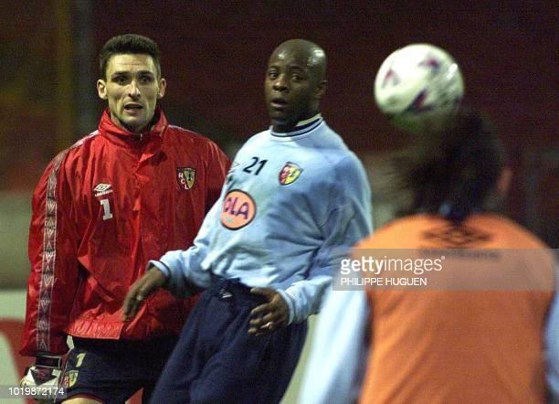 l'attaquant du RC Lens Pascal Nouma et le gardien Guillaume Warmuz regardent la tête de Mikaël Debeuve le 24 novembre au stade de Wembley à Londres à...