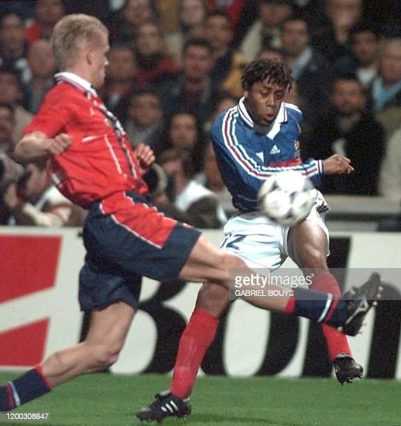 l'attaquant français Bernard Diomède centre malgré le défenseur norvégien AlfInge Haland lors de la rencontre amicale FranceNorvège le 24 février au...