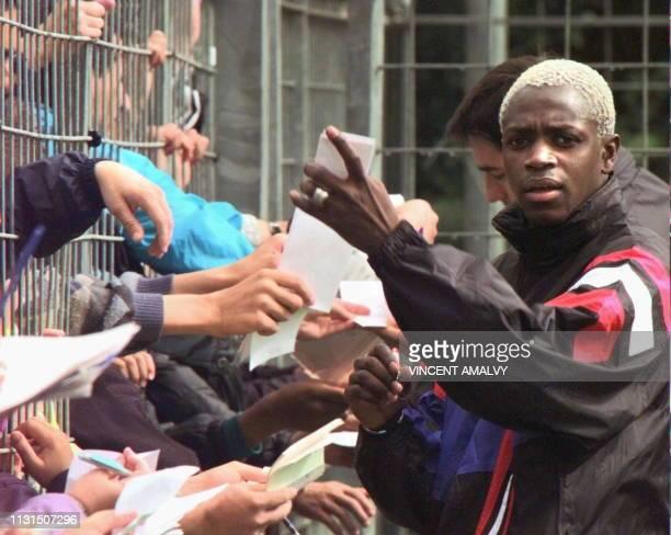 l'attaquant français Ibrahim Ba et son coéquipier Marc Keller signent des autographes le 05 juin au stade de La Mosson à Montpellier lors d'une...