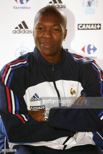 l'attaquant international d'Auxerre Djibril Cissé est interrogé par des journalistes le 04 septembre 2002 lors d'une conférence de presse de l'équipe...
